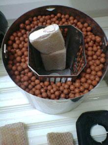 24時間循環風呂装置の本体のろ材として麦飯石セラミックボールを入れた写真