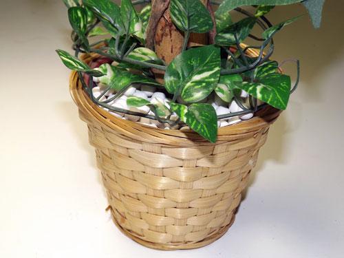 造花の観葉植物鉢に化粧砂の代わりに、アロマセラミックボールを引きつめ