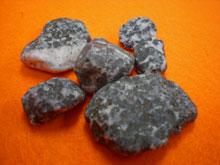 麦飯石の原石の写真