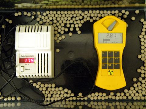 ラジウムセラミックボールRE45の放射線量率2.81μSv。