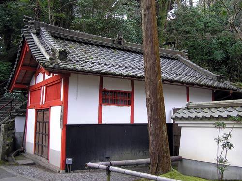 石山寺 大湯屋の建物の横