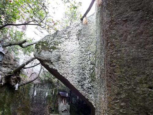 石の宝殿のピラミッド状 突起物