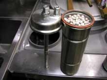 自作 浄水器にセラミックボールをセットした写真