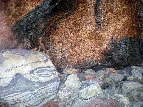 北白川ラジウム温泉の1階にあるラジウム鉱石(花崗岩)です。 浴槽は2階にあります。