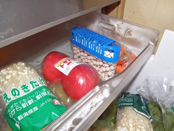 ゼオライトセラミックボールを冷蔵庫に入れて食物の臭いを吸着する。