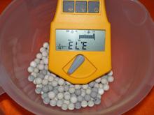ラジウムセラミックボールの放射線量率の写真