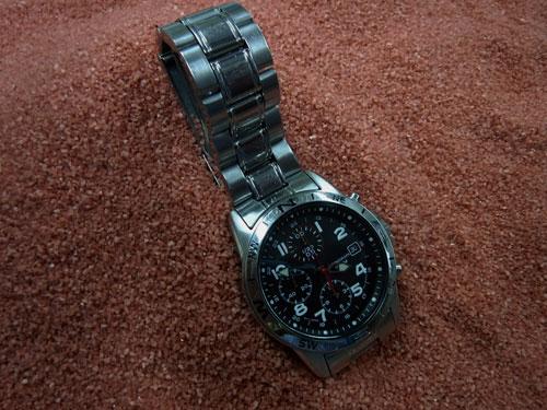 カラーサンドを使った時計のディスプレー