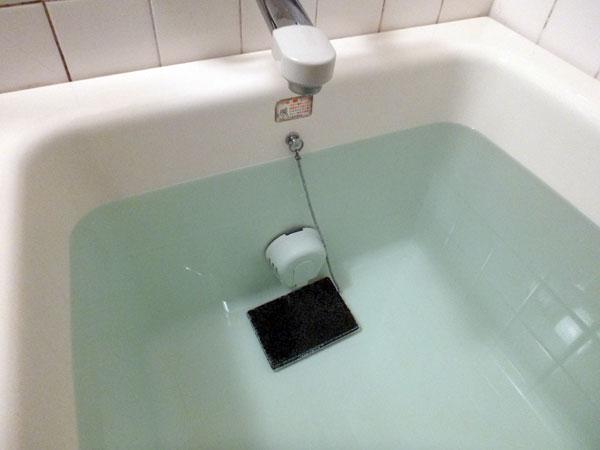 磁気温浴器マグナバスを浴槽に入れた画像