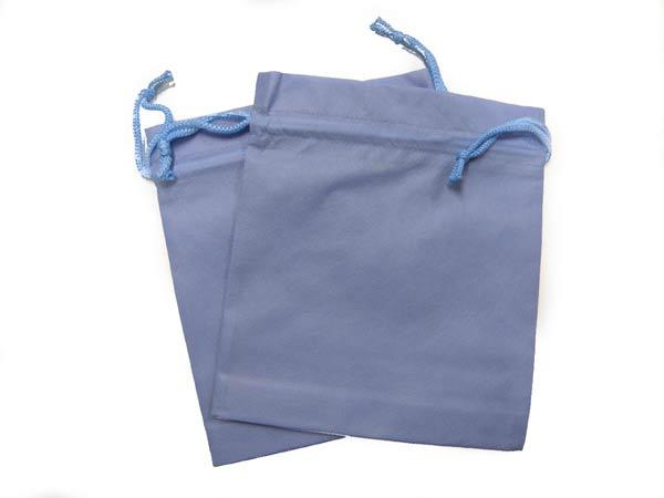セラミックボールや天然鉱石を入れて温浴器になるアクアブルー色の不織布袋の写真
