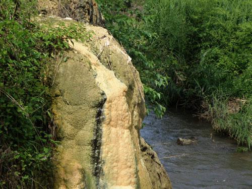 大分県 温泉 廃湯場所の石灰華