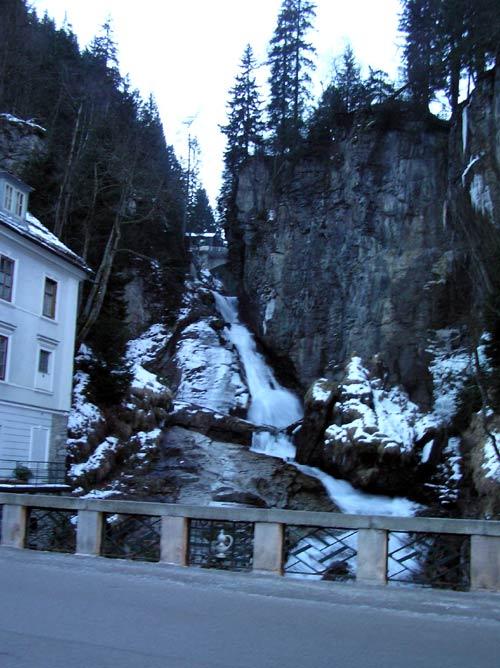 カイザーフランツヨーゼフ通りの橋から見上げる滝