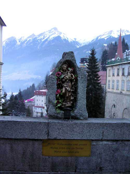 カイザーフランツヨーゼフ通りの橋の上にあるマリア様像の写真