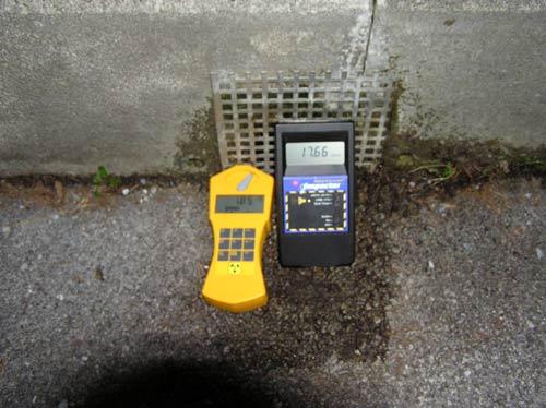 バドガスタインの源泉の門の前に排気口があったので放射線測定の写真