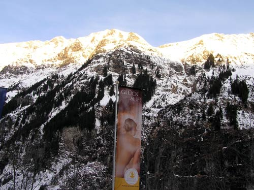 ガスタイナーハイルシュトレンの前の山々の写真