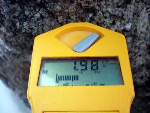 ハイルシュトレンの建屋の前の駐車場の端にある岩石の放射線線量率の写真