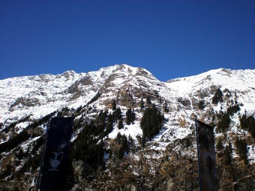ラドン坑道から出て、2階の休憩室の窓から見えるヨーロッパアルプスの山々の写真