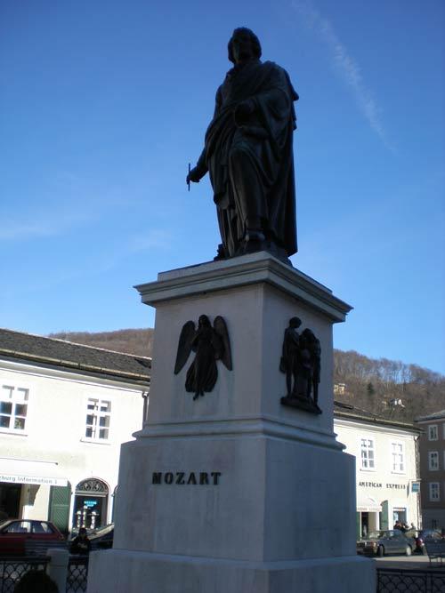 完全逆光のモーツァルト像