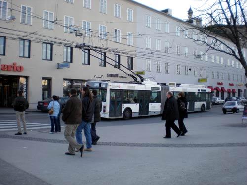 ザルツブルグ新市街の2連結バスの写真