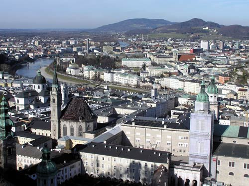 ホーエンザルツブルク城からザルツブルグ市街を望む