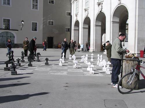 ザルツブルグ旧市街の広場で路面に描かれたチェス盤でチェスをする市民
