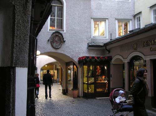 ザルツブルグ旧市街の通りと通りを繋ぐ通路(路地)