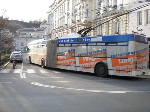 新市街の大通りを走る二両連結のトロリーバス
