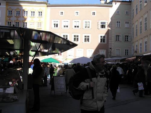 ザルツブルグ旧市街の広場での市場