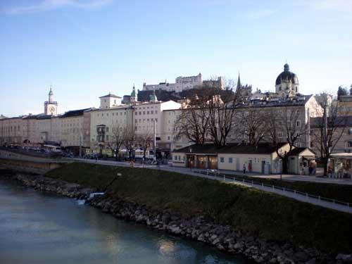 マカートシュテク(橋)からザルツブルグの旧市外を望む、中央の奥に見えるのがホーヘンザルツブルグ城