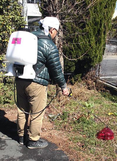 樹脂多目的背のう噴霧器 除草作業