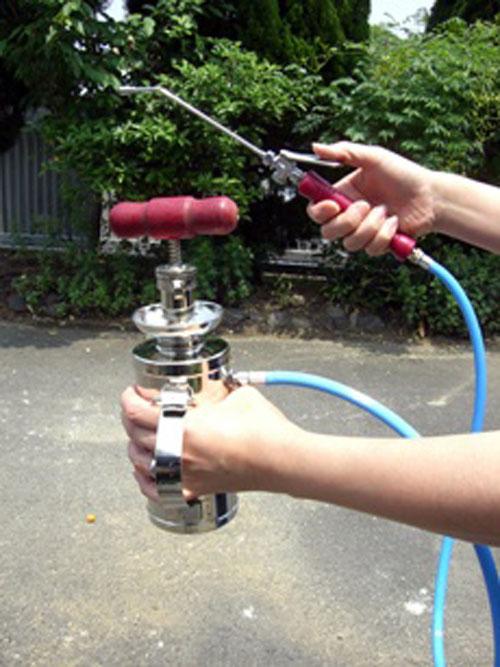 500cc型ホルモンスプレ「ミニミニ・とまと」は手で持って使用できます。