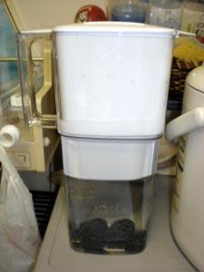 溶岩まりもを浄水器に入れてバナジウム水を生成する。
